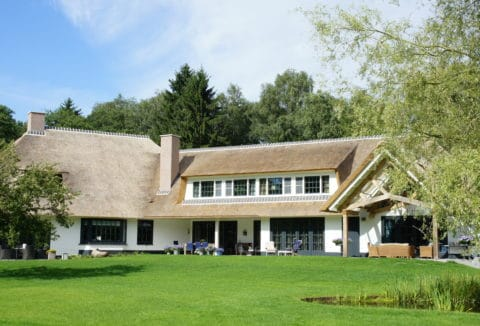 luxe villa met rietenkap
