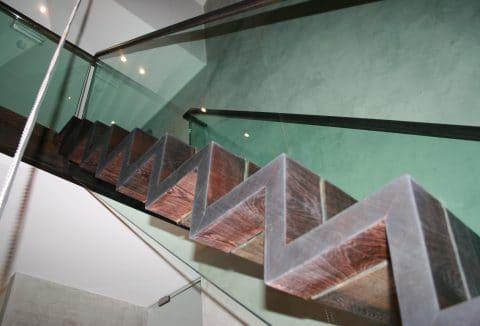 houtentrap verwerkt in glas